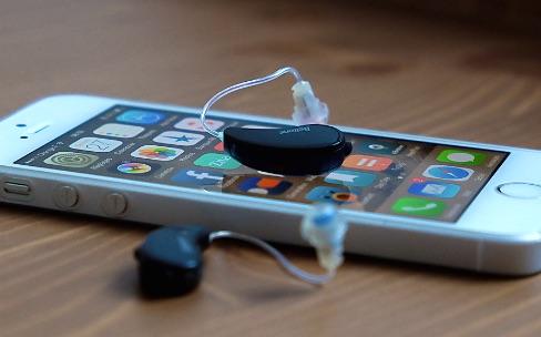 Témoignage : j'utilise des prothèses auditives connectées à mon iPhone