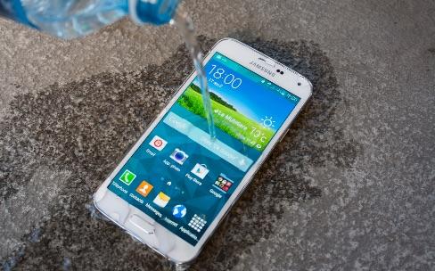 Samsung : le Galaxy S5 prend l'eau