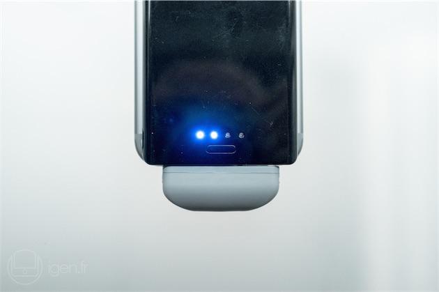 Le témoin permet de connaître l'état de la batterie. Capacité de 4000 mAh oblige, mieux vaut recharger la Pop'n 2 à l'aide d'un chargeur d'iPad : un deuxième port micro-USB placé sur la tranche est réservé à cet effet. Notons que la batterie ne chauffe jamais de manière excessive—tout au plus est-elle tiède au début de la charge.