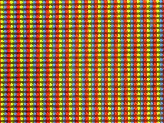 IBM a dû utiliser des pixels à double transistor pour ses écrans T220 et T221 à la très grande définition de 3 840 x 2 400 px. On voit bien que les sous-pixels sont légèrement inclinés. Même sur le côté, l'écran reste parfaitement net, sans variation de la luminosité ou de la couleur. Apple n'est pas le premier fabricant de smartphones à utiliser cette technologie, cet honneur revient à HTC.