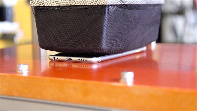 Un test simulant le fait de s'asseoir sur une chaise, avec l'iPhone au fond de la poche. Dans une variation de ce test, l'iPhone est placé selon un angle, «le scénario du pire»selon Apple. Image Re/code.