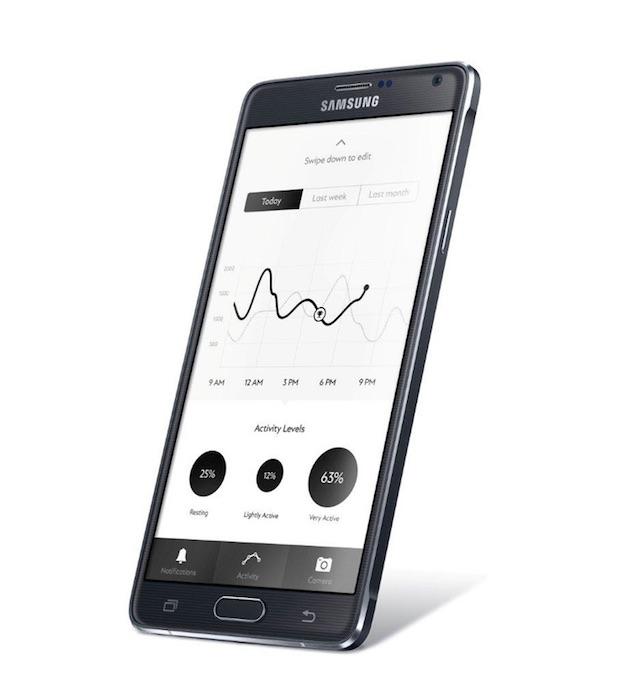 L'application envoie des notifications au bracelet, et récupère ses données d'activité. L'e-Strap peut aussi contrôler le lecteur musical, déclencher l'appareil photo, ou faire sonner l'appareil auquel il est connecté. Il est compatible avec les iPhone 4S, 5, 5c, 5s, 6 et 6 Plus, ainsi que quelques appareils Android récents.