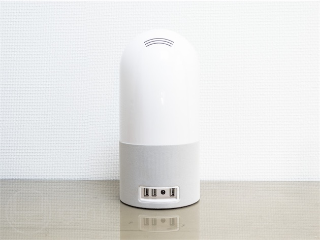 La base est fournie avec un capteur, mais peut en accueillir un deuxième pour suivre le sommeil d'un deuxième dormeur. Sauf que Withings ne vend toujours pas les capteurs à l'unité, alors qu'elle devait le faire dès *«l'automne»*. Les premiers clients en recevront un gratuitement, maigre compensation de 129€ pour les frustrations provoquées par l'Aura. On peut aussi brancher un iPhone à la base, ce qui le recharge et est censé couper automatiquement le Wi-Fi et le Bluetooth pour limiter l'exposition du dormeur aux ondes électromagnétiques. «Censé» car cette fonction, vous l'aurez deviné, n'a pas encore été implémentée.
