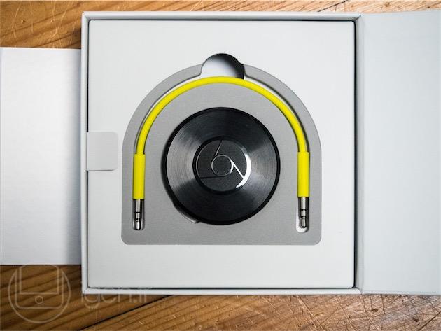 L'emballage du Chromecast Audio, aussi joli que pratique: il contient tous les accessoires nécessaires au fonctionnement du produit, ainsi qu'un code QR menant directement à l'application Chromecast.