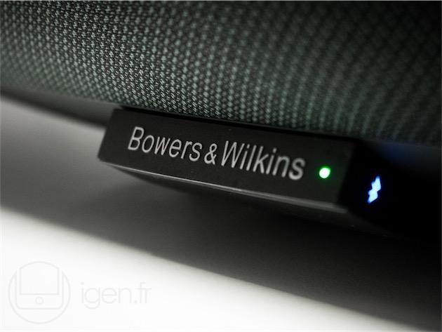 Le bras qui portait le connecteur Lightning a comme été coupé à la base. Il porte désormais le logo Bowers&Wilkins, et fait office de témoin d'allumage et de connexion Bluetooth.