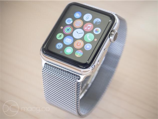 L'Apple Watch sur bracelet en maille milanaise. Ce bracelet est une magnifique réussite : il s'ajuste facilement et tient bien en place, n'accroche pas les poils, et sa souplesse évoque plus le tissu que le métal. Notons au passage qu'il est plus difficile de retirer les bracelets en métal, plus rigides, que les autres. Les boutons de déverrouillage sont très petits et les logements ajustés au plus près, ce qui demande de tirer ou pousser fermement. Le logement du haut porte l'inscription «Designed by Apple in California», celui du bas cache les six contacts du port de service.