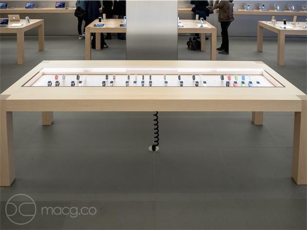 La table/vitrine dans laquelle sont exposés les différents modèles. On y trouve l'Apple Watch Edition, alors qu'elle n'est disponible qu'à l'Apple Store Opéra, l'Apple Watch Shop des galeries Lafayette, et chez Colette.