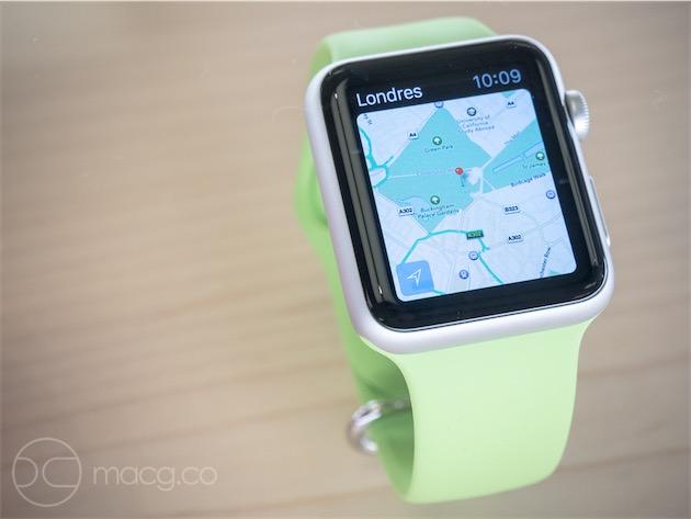 Une Apple Watch Sport sur bracelet Sport vert. Ce bracelet est une excellente surprise : sa finition peau de pêche est douce au toucher et son «plastique»est souple et légèrement élastique. Il faudra évidemment tester sa résistance à la transpiration.