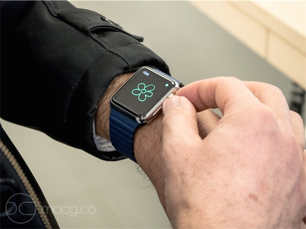 L'Apple Watch sur un bracelet en cuir «bleu électrique». Ce bracelet est sans doute le moins convaincant du lot—son homologue féminin, le bracelet à boucle moderne, semble moins artificiel alors même qu'il est renforcé au Vectran.