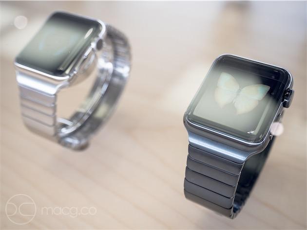 Les deux coloris d'Apple Watch, sur bracelets à maillons assortis. Alors que ce genre de bracelets demande normalement un réglage en bijouterie à l'aide d'un petit outil spécial (ou à la maison avec un tournevis pour les plus téméraires), celui d'Apple s'ajuste sans outil.