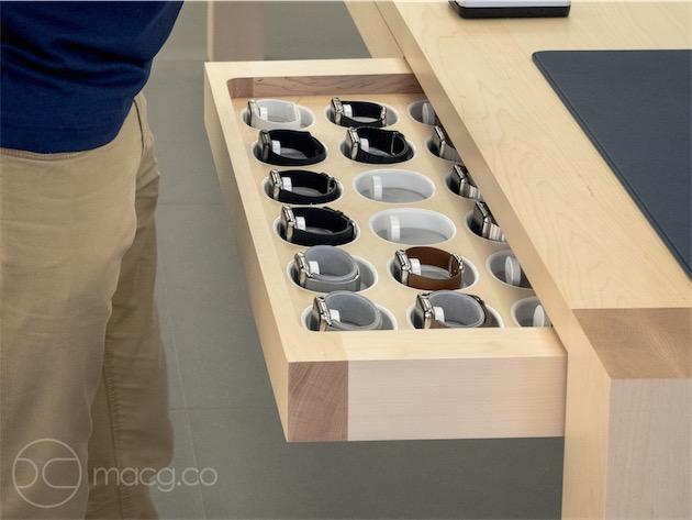 Le tiroir dans lequel les vendeurs piochent les Apple Watch de démonstration. Tous les modèles ne sont pas disponibles, et le système ne semble pas tout à fait au point, mais il y a de quoi faire son choix. Remarquez l'intégration du système de charge au tiroir. À droite, on aperçoit le tapis sur lequel le vendeur pose le ou les modèles de votre choix avant de vous les passer au poignet.