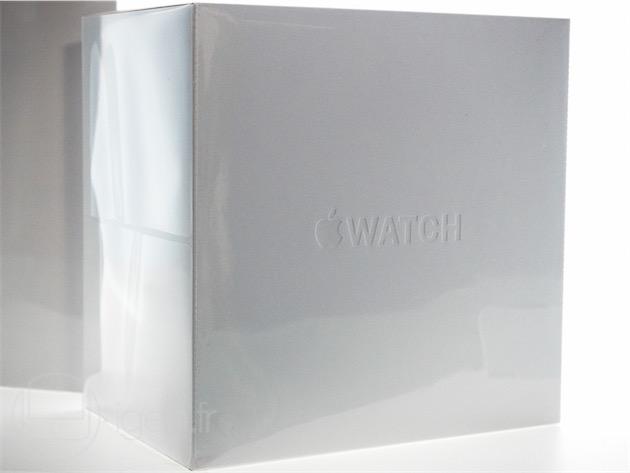 L'emballage de l'Apple Watch, qui contient une boîte en plastique carrée. Ces deux moitiés sont maintenues à l'aide d'aimant et doublées de velours— ceci explique peut-être le prix minimum de 649€.