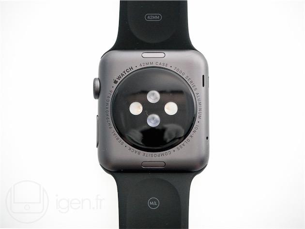 Une autre vue du dos, contenant les informations sur le matériel et le logo Apple, ainsi que les boutons permettant de déverrouiller le bracelet.
