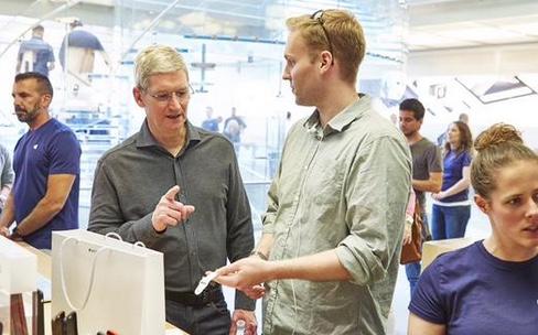 Tim Cook et Angela Ahrendts vendent l'Apple Watch