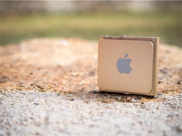 L'iPod shuffle vu de dos, avec son clip frappé du logo Apple. Remarquez, en haut, la légende des boutons: le commutateur qui permet de changer le mode de lecture, et le bouton VoiceOver.