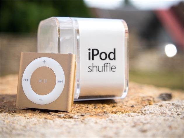 Comme l'iPhone, l'iPad et le MacBook, l'iPod shuffle est désormais décliné dans un coloris «or». Mais alors que l'apparence de ces trois produits est identique, la texture de l'iPod shuffle est très légèrement différente— elle évoque moins l'aluminium anodisé que de la peinture pulvérisée