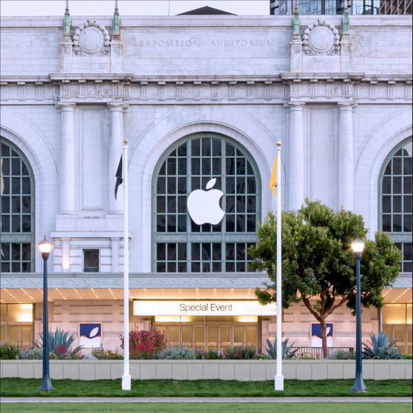 Le Bill Graham Civic Center décoré aux couleurs d'Apple, à l'occasion du special event du 9 septembre 2015. Image Tim Cook1.