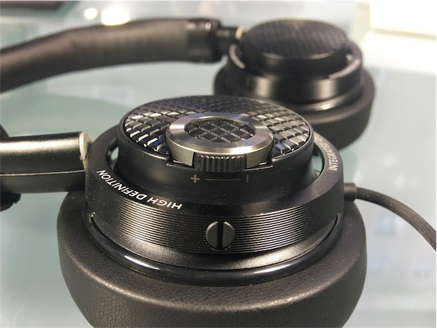 Contrôles de volume et de lecture sur le côté droit. Au passage, même si c'est un détail : les câbles sont en général placés à gauche, mais pas sur ce modèle, ce qui peut être gênant.