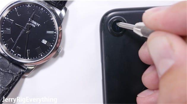 Cette montre en cristal de saphir a bien résisté au test de résistance, puisqu'elle n'a été rayée qu'à partir d'une pointe de dureté 8. L'iPhone7 en revanche cède dès le sixième niveau.