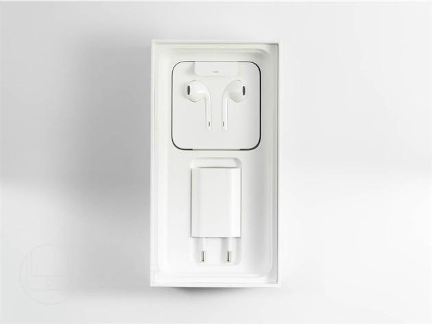À l'ouverture de la boite de l'iPhone, le fil des EarPods est invisible. Apple est trop soucieuse du détail pour que ce soit un hasard.