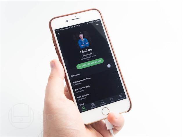 La position centrale des EarPods Lightning ne gêne pas la prise en main de l'iPhone—elle aurait même tendance à l'améliorer.