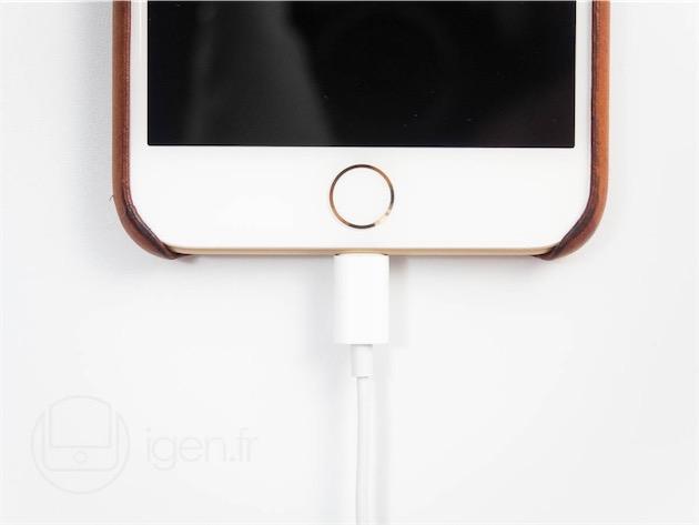 Les EarPods Lightning branchés à un iPhone7 Plus.
