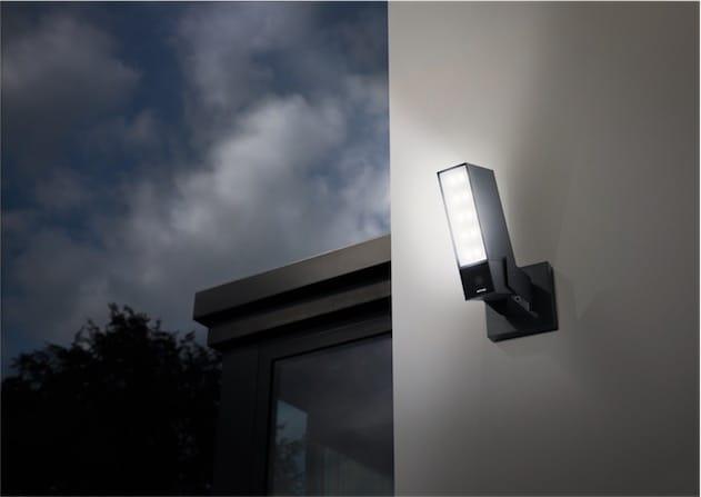 La Presence fait office de caméra de sécurité et de lumière extérieure.