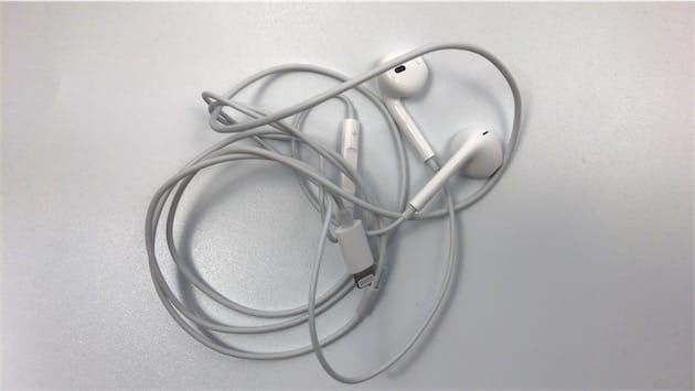 La plaie des écouteurs qui s'emmêlent, un mauvais souvenir quand ils sont rangés dans leur boîte.