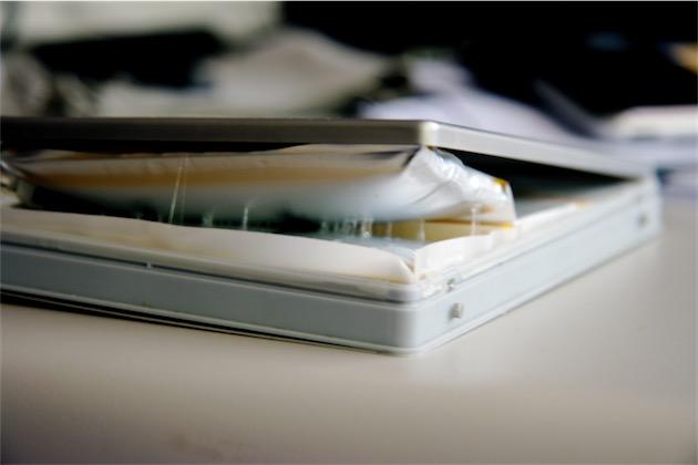 Une batterie de MacBook Pro bien amochée. Image CC BY J Aaron Farr.