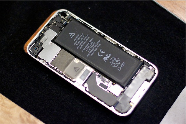 La batterie de l'iPhone 4S. Image Alan Levine (CC BY).