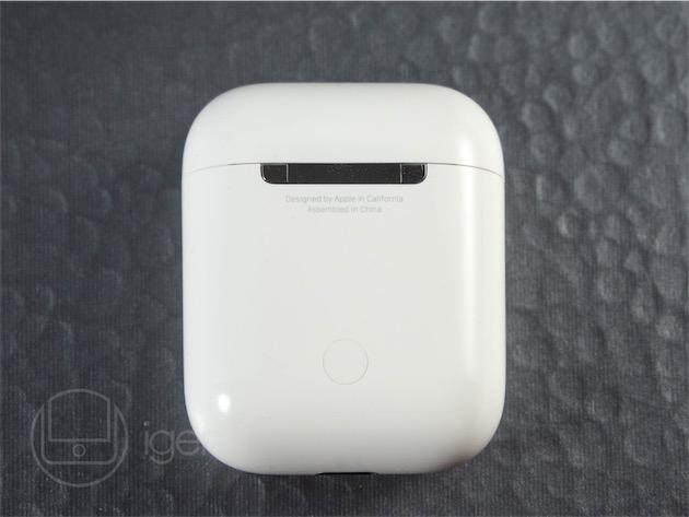 La charnière, au dos du boitier. La touche d'acier poli fait écho à la virole de l'Apple Pencil, une cohérence stylistique appréciable. L'ouverture du boitier suffit à lancer la procédure d'appairage avec un appareil iOS. Le bouton permet de réaliser la même opération, manuellement, sur un appareil Android ou tout autre appareil Bluetooth.