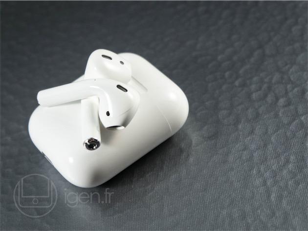 Les AirPods ressemblent énormément aux EarPods, mais ils sont légèrement plus volumineux, et leur tige est plus longue. Il est difficile de juger leur qualité sonore après quelques morceaux, qui plus est compressés, mais elle semble un peu meilleure que celle des EarPods. Comme les EarPods, ils ne manquent pas de basses, mais ne produisent pas non plus un son brouillon, deux défauts contraires des écouteurs-bouton.