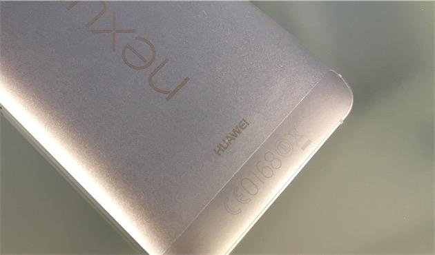 Au dos du Nexus 6P, on retrouve la marque de Google… mais aussi celle du partenaire sélectionné pour ce modèle, en l'occurrence Huawei.