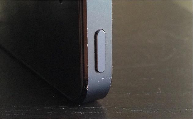Cette photo prise quelques mois après la sortie montre déjà les traces sur le chanfrein… alors que cet iPhone avait été conservé essentiellement dans un étui !