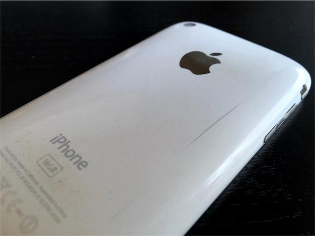 Un iPhone 3G qui a bien vécu, et qui porte les traces de cette utilisation. Cette fissure est la plus profonde et la plus visible, mais il y en a de multiples autres, notamment au niveau des connecteurs et ports.