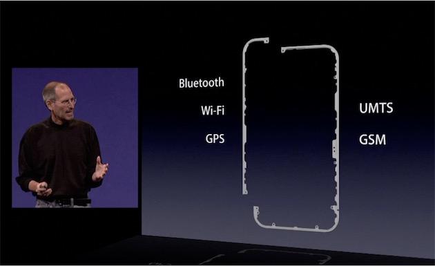 Steve Jobs, sur la scène du keynote organisé en catastrophe suite au scandale. Le patron d'Apple avait alors détaillé le fonctionnement des antennes sur l'iPhone 4 et tenté de justifier les choix de l'entreprise.