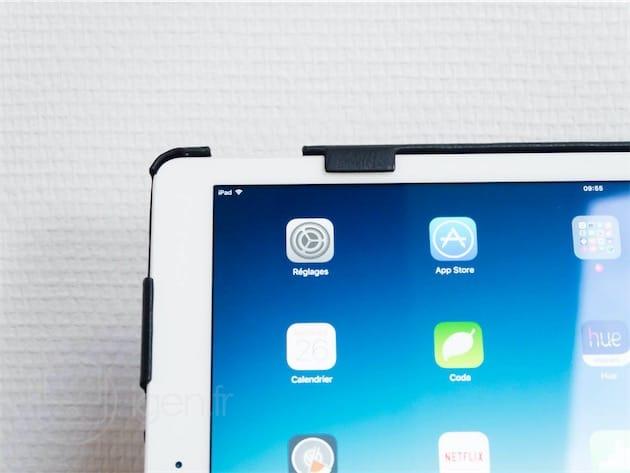 Les taquets ne sont pas d'une grande élégance, mais ils maintiennent bien l'iPad lorsque l'on manipule la housse.