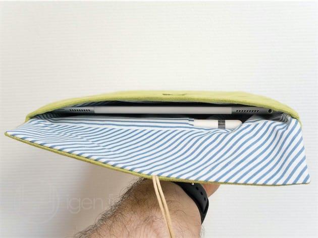 La doublure comporte un logement pour l'Apple Pencil. L'étui refermé, le stylet cale la tablette. L'étui ouvert, il ne gêne toutefois pas sa manipulation : comme on peut le voir, l'«enveloppe »est souple, et son ouverture est plus large que l'iPad Pro.