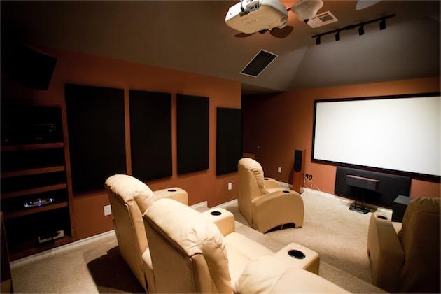 Une bonne salle de home cinéma chez soi et les dernières sorties le jour même… on n'est pas bien là? (Image Geoff Sloan CC BY 2.0)