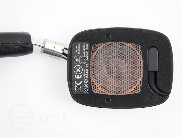 Comme ceux du P5 Series II, les «mousses » des oreillettes du P5 Wireless sont «fixées »magnétiquement. Les aimants sont suffisamment puissants pour éviter toute chute intempestives;ils sont mêmes si puissants qu'il est parfois difficile de retirer les mousses ! Sous la mousse de l'oreillette droite se cache le connecteur à pivot permettant d'utiliser le P5 Wireless avec un câble. D'après mon expérience du P5, les mousses commencent à sérieusement s'affaisser après deux à trois ans d'utilisation continue : la paire de remplacement vaut 35€.