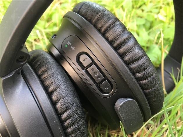 Les contrôles de lecture et de volume, sous le côté droit. Au-dessus, les deux LED d'activité : celle de la batterie, ici en vert tant que l'autonomie restante est bonne, et celle du Blueooth qui ne s'éclaire que pendant les opérations de connexion.