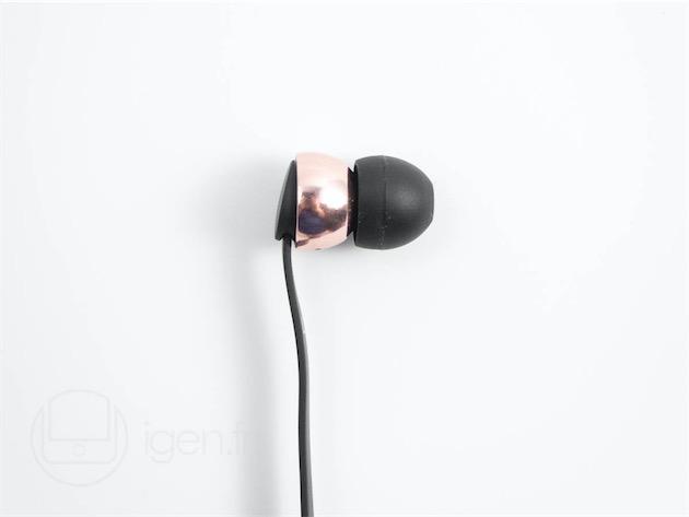 Le Vasa Blå est disponible en or rose/noir comme ici, mais aussi aussi en or rose/blanc, or/bleu, et or/rose. Le mot «or » désigne ici un coloris, puisque les écouteurs sont faits daluminium.