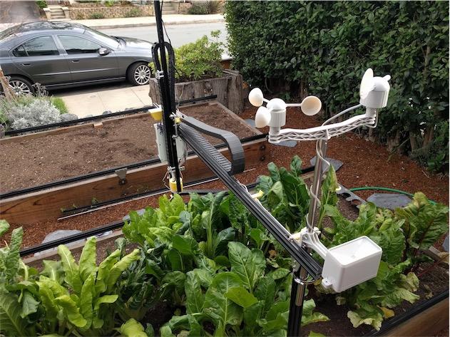 Le portique de Farmbot pendant son travail. Comme on le voit bien ici, quelques données météorologiques locales sont collectées par l'appareil.