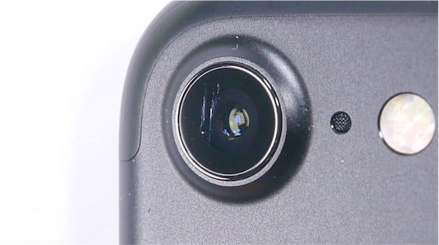 Rayures bien nettes sur l'objectif de cet iPhone7.