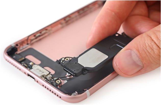 Le haut-parleur de l'iPhone7 est largement identique à celui de la génération précédente. S'il est plus puissant, il n'est pas plus gros. Cliquer pour agrandir