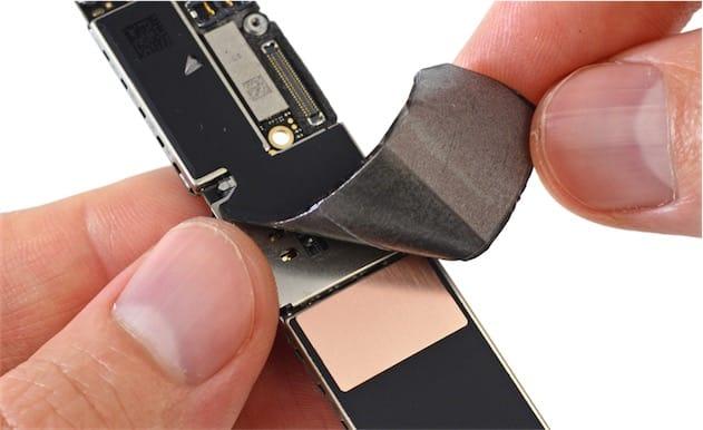 Cette plaque métallique sous la protection est une fine couche de cuivre, placée ici certainement pour améliorer le refroidissement du processeur. Cliquer pour agrandir