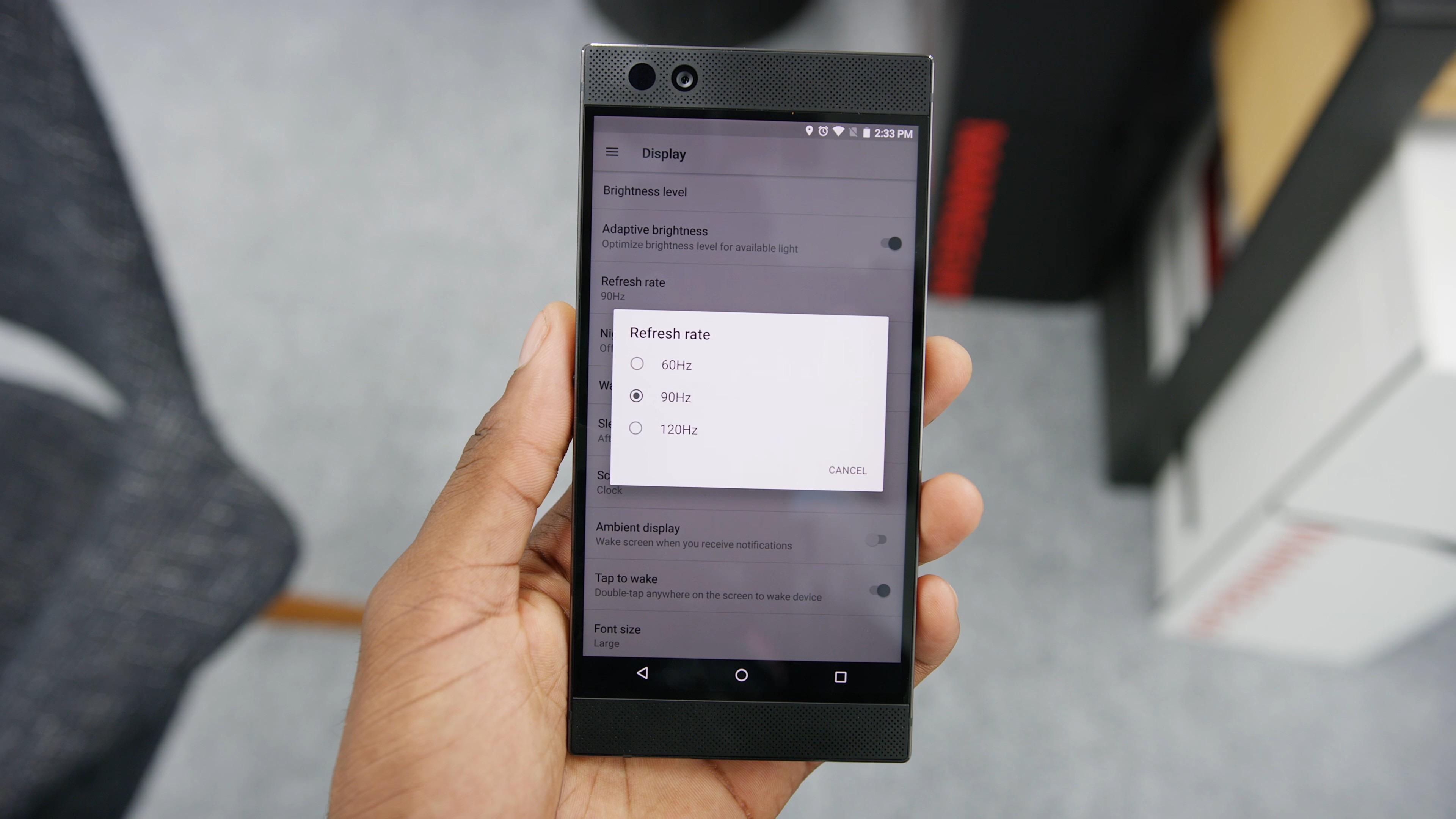 Par défaut, le smartphone tourne à 95Hz pour économiser sa batterie, mais une option permet d'activer la meilleure vitesse. (image MKBHD). Cliquer pour agrandir
