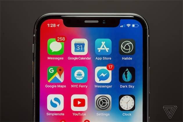 La barre de statut de l'iPhoneX n'affiche plus le niveau de batterie exact, avec un pourcentage. (Photo The Verge) Cliquer pour agrandir