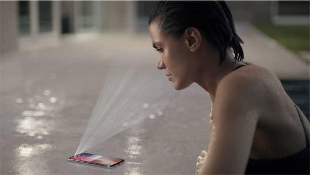 Apple ment rarement dans ses publicités, mais ce cas de figure ne fonctionne pas avec l'iPhoneX. Le visage doit s'avancer nettement plus au-dessus du téléphone pour que la reconnaissance faciale agisse correctement. Cliquer pour agrandir