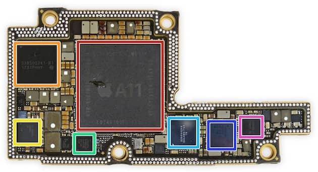 Encadré en orange, le contrôleur d'alimentation de l'iPhoneX. Il y a un logo Apple dessus, mais c'est un composant acheté à un tiers. (Image iFixit) Cliquer pour agrandir
